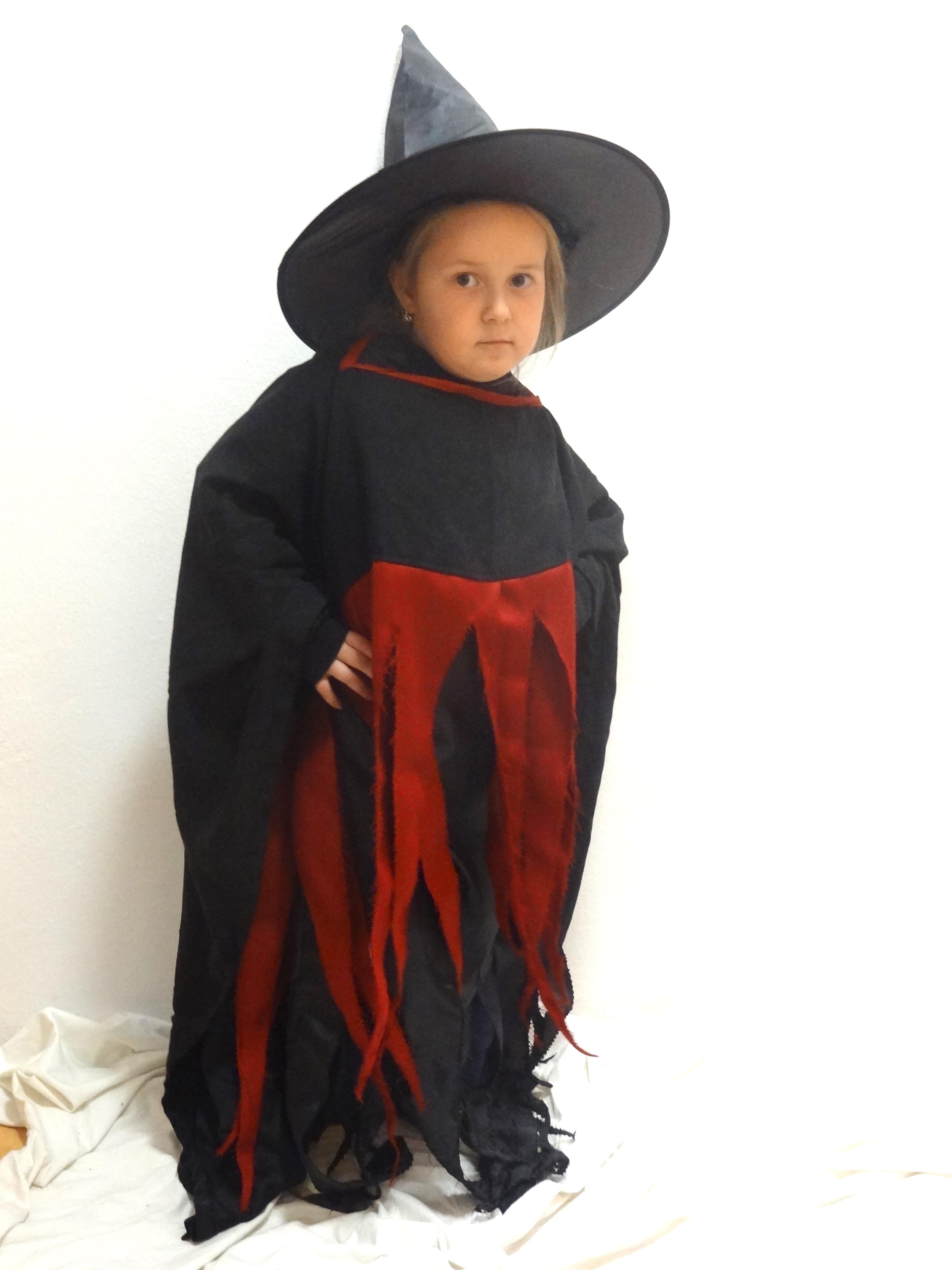 ba5f36a3d Kostým obsahuje dlhé šaty, plášť čierny s bordovými strapcami a  čarodejnícky klobúk